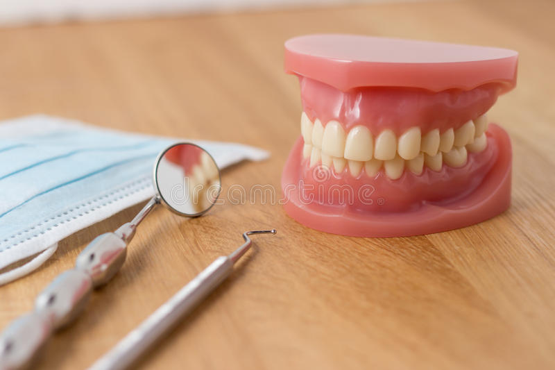 Zahnprothese mit zahnmedizinischen Werkzeugen lizenzfreies stockbild