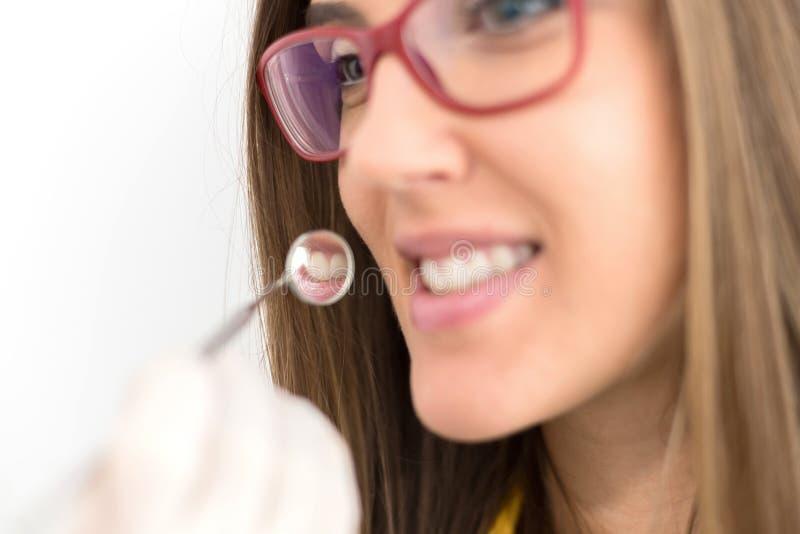 Zahnreflexion im Zahnarztspiegel lizenzfreie stockfotos
