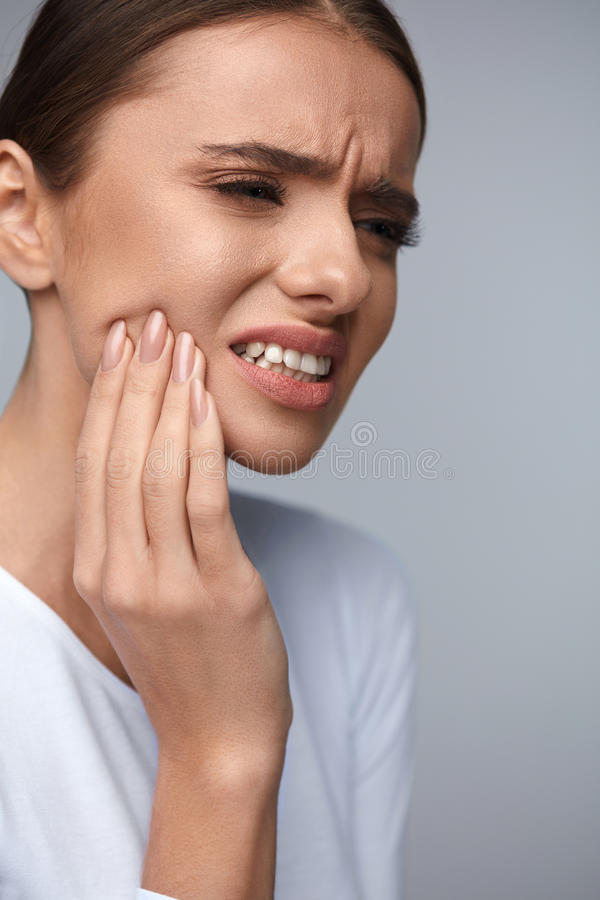 Zahnschmerz Schönheit, die unter schmerzlicher Zahnschmerzen leidet stockfoto