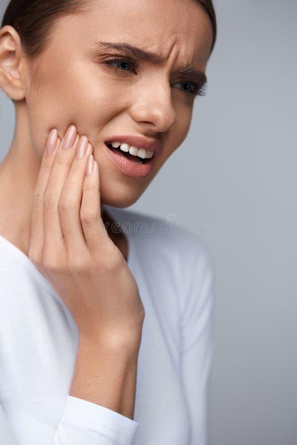 Zahnschmerz Schönheit, die unter schmerzlicher Zahnschmerzen leidet lizenzfreies stockfoto