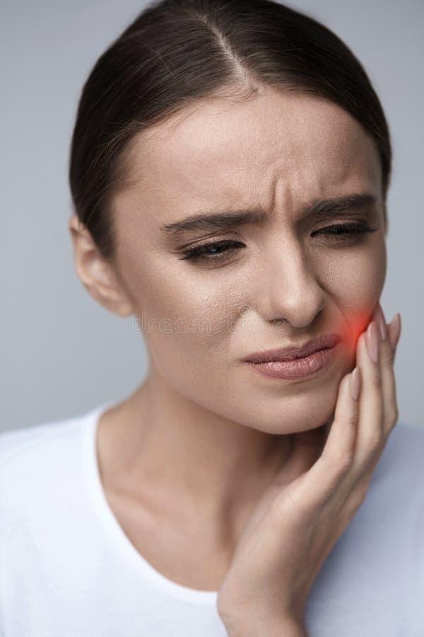 Zahnschmerz Schönheit, die unter schmerzlicher Zahnschmerzen leidet lizenzfreie stockbilder