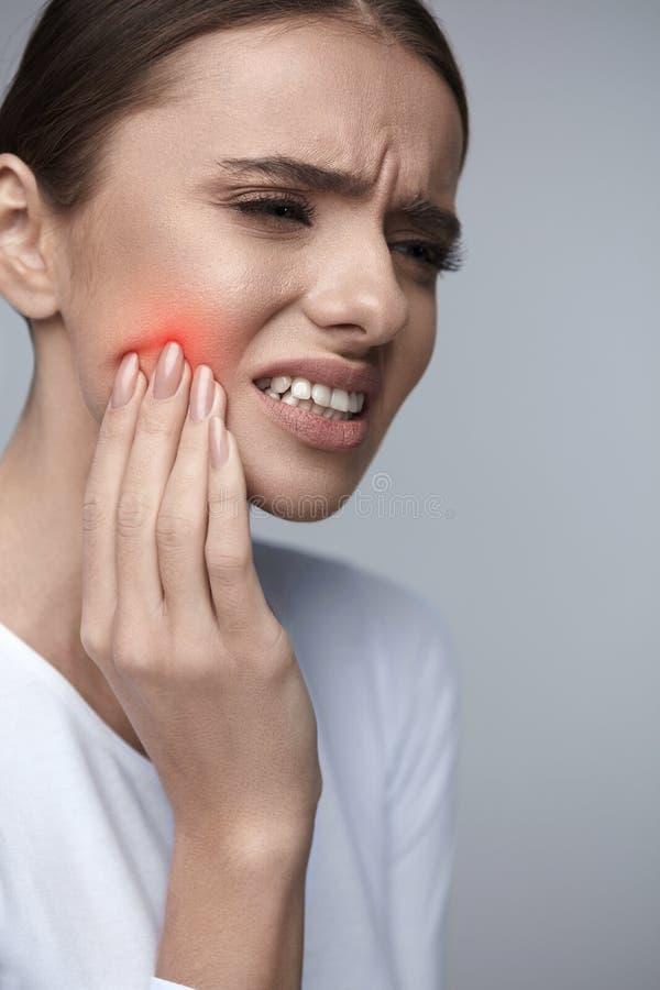 Zahnschmerz Schönheit, die unter schmerzlicher Zahnschmerzen leidet stockbilder