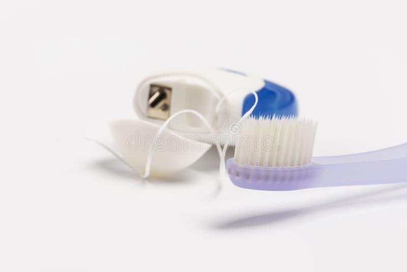 Zahnseide und Zahnb?rste lokalisiert auf einem wei?en Hintergrund stockfoto