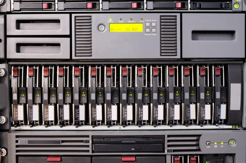 Zahnstange eingehangener Server lizenzfreie stockfotos