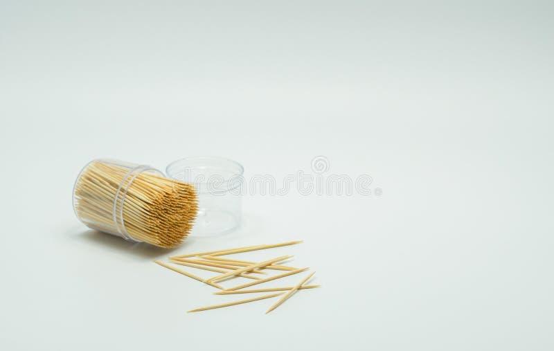 Zahnstocher in einer klaren Plastikflasche Und einige fielen auf den Boden, Zahnstocherschräge lizenzfreie stockfotografie