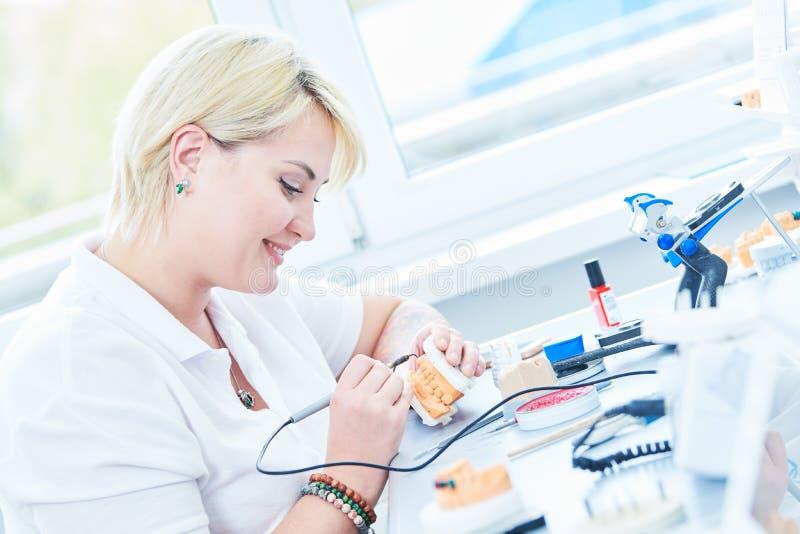 Zahntechniker- oder Prothesenarbeitskraft Prothetischer Zahnheilkundeprozeß stockbilder