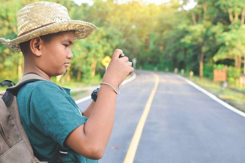 Zaino asiatico felice del ragazzo nella strada fotografie stock libere da diritti