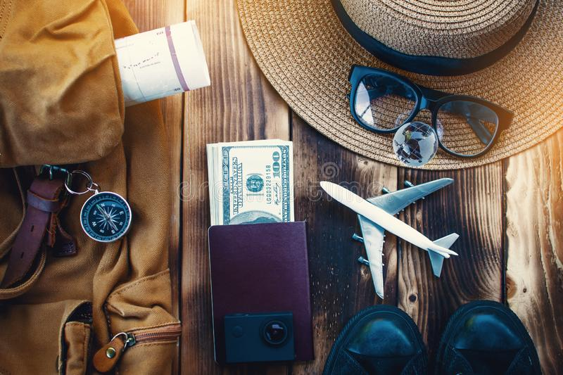 Zaino ed accessorio di vista superiore per il viaggio fotografia stock