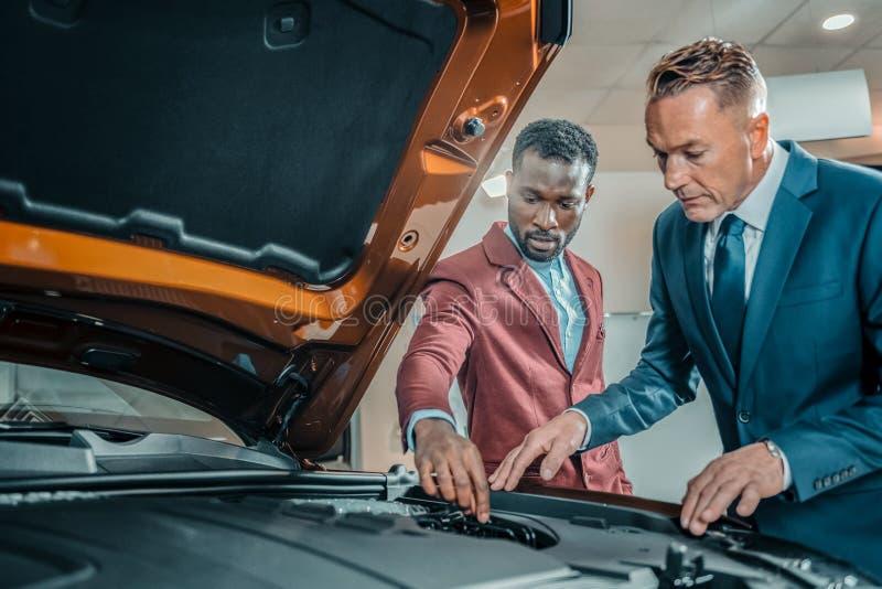 Zainteresowana samochód nabywca bada wnętrza samochód zdjęcia stock