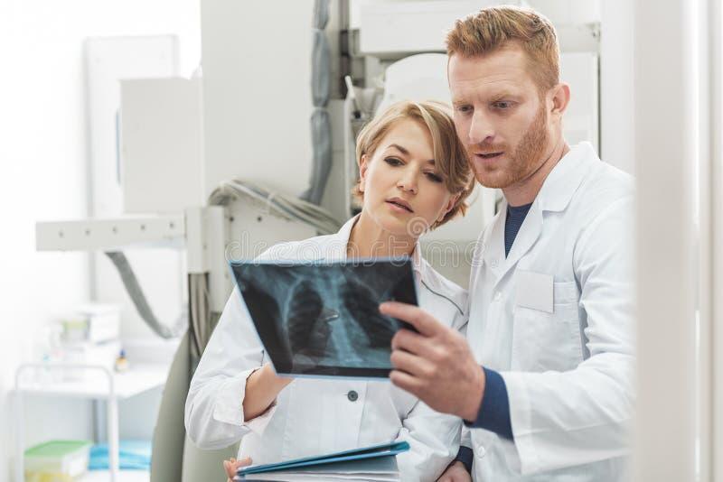 Zainteresowani medyczni advisors pracuje w klinice zdjęcia royalty free