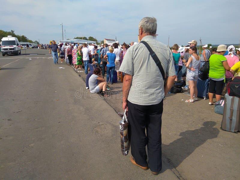 Zaitseva Ukraina, Sierpień, - 22, 2016: Ludzie stoją w linii przy skrzyżowaniem punkt kontrolny w terenie antyterrorystyczny oper obraz royalty free