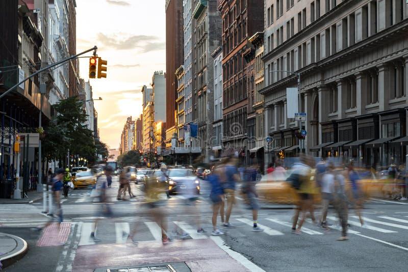 Zajęci ludzie chodzą przez zatłoczone skrzyżowanie na 23. ulicy i Piątej Alei w Nowym Jorku obraz stock