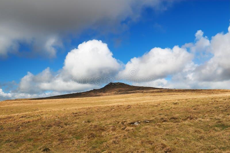 Zajęczy Tor przeciw kłębić się białe cumulus chmury, Dartmoor park narodowy, Devon, UK obrazy royalty free