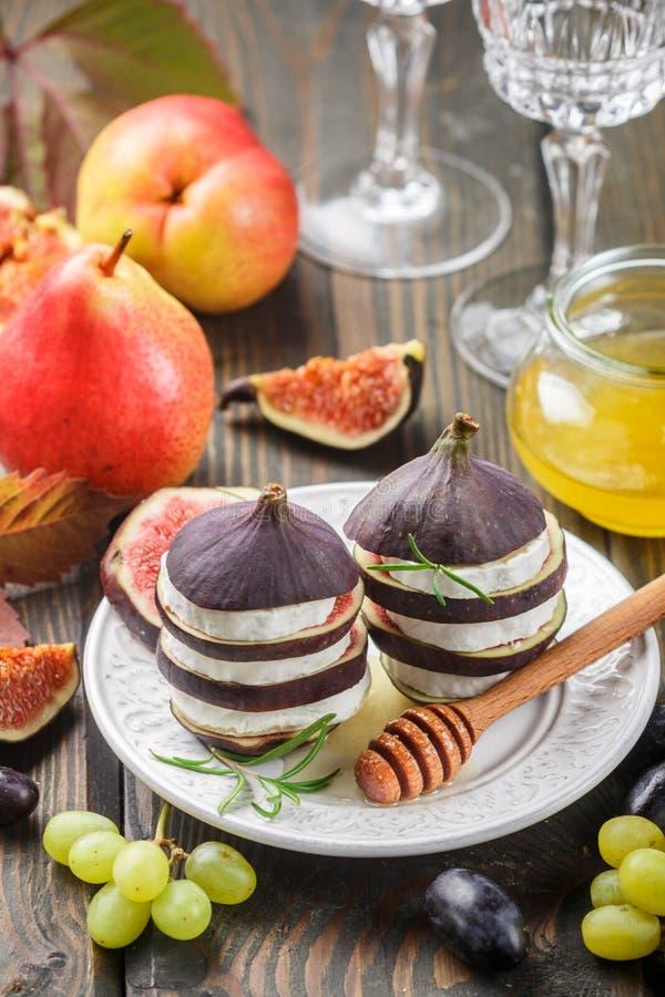 Zakąska figi i koźli ser z miodem zdjęcie royalty free