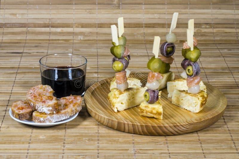 Zakąska talerz z łososiem i oliwkami zdjęcia royalty free