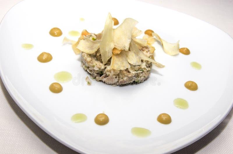 Zakąski naczynie z rybimi kulebiaka i topinamburu układami scalonymi obraz royalty free