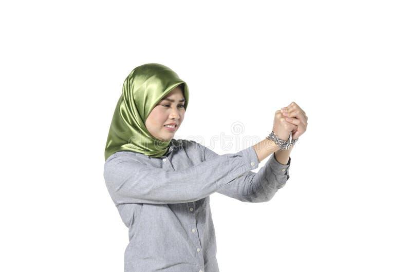 Zakładnik i wolności pojęcie, hijab kobiet ręka w łańcuchu odizolowywającym obrazy royalty free