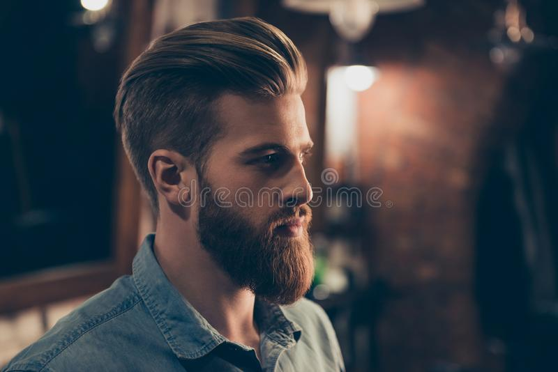 Zakładu fryzjerskiego pojęcie Profilowy boczny portret atrakcyjny surowy b zdjęcia royalty free