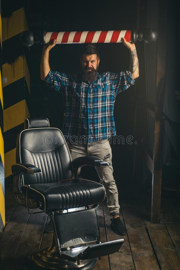 Zakładu fryzjerskiego słup Mistrzowski fryzjer robi fryzurze i stylowi z nożycami i gręplą Fryzjer robi fryzurze mężczyzna fotografia stock