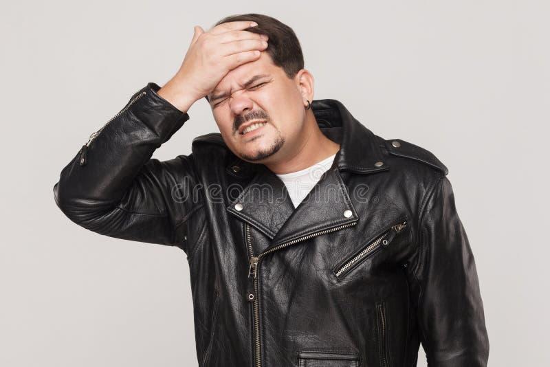 Zakłopotany mężczyzna problem Wzruszająca głowa i migrenę obraz royalty free