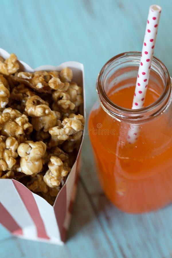 Zak Karamelpopcorn met Oranje Soda royalty-vrije stock afbeeldingen