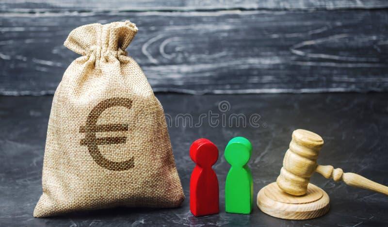 Zak met een euro teken, mensen en hamer Het concept bedrijfsconflict Geschil tussen twee zakenlieden De afdeling van stock fotografie
