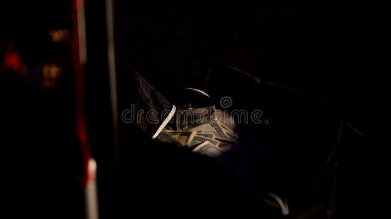 Zak met gestolen miljoen dollar in dark, dief die na bankdiefstal ontsnappen royalty-vrije stock foto's