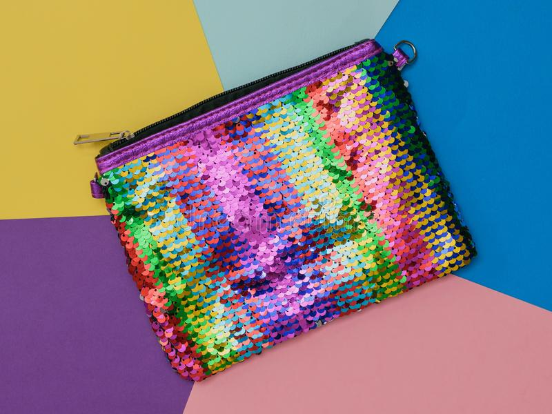 Zak met regenboogkleuren op een kleurrijke achtergrond Vlak leg royalty-vrije stock afbeeldingen
