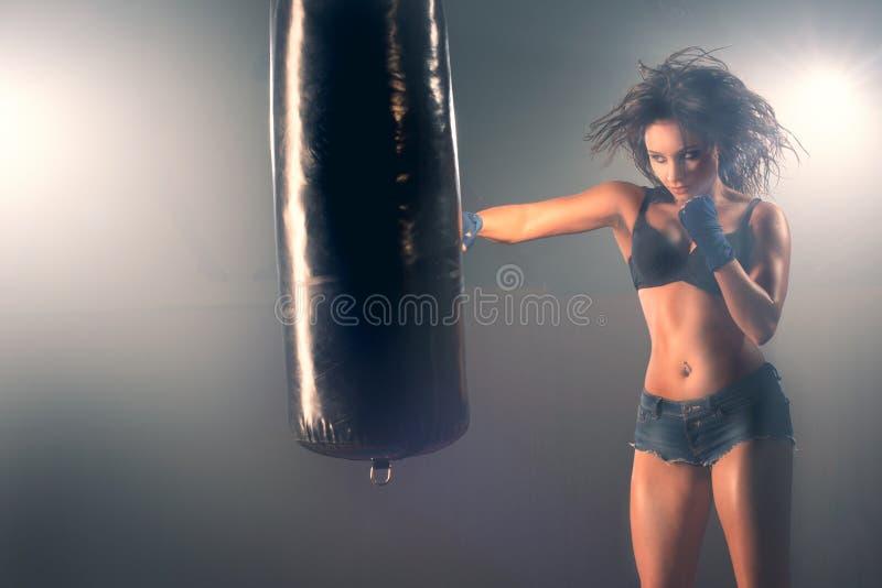 Zak van het vrouwen de sparring ponsen in gymnastiek stock afbeeldingen