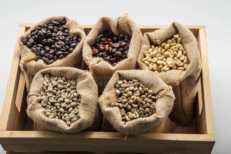Zak van koffiebonen Arabica koffie stock afbeeldingen