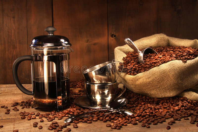 Zak van koffiebonen met Franse pers royalty-vrije stock afbeeldingen