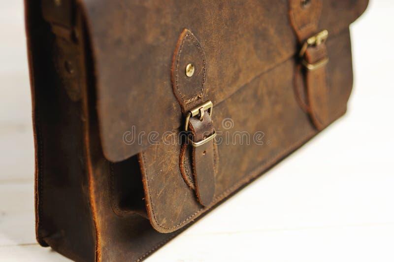 Zakaktentas voor zakenmanmensen, leer bruine zak op een houten achtergrond Mensen` s manier, toebehoren, bedrijfsachtergrond royalty-vrije stock foto's