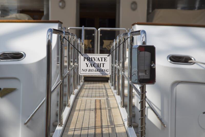 Zakazujący gangplank dla intymnego jachtu zdjęcie royalty free