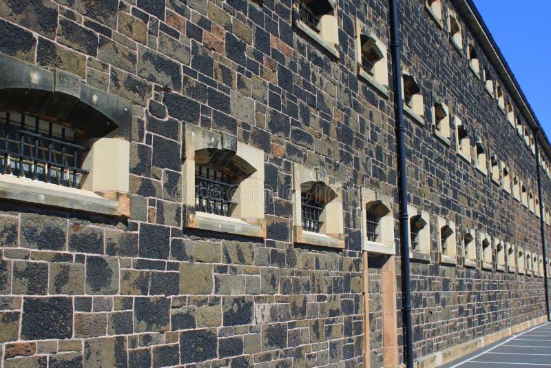Zakazujący okno na ścianie więzienie obraz stock