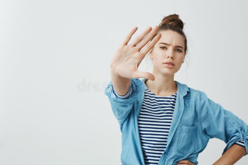 Zakazuję ciebie przychodzić zamkniętego Studio strzał ufna poważna kobiety ciągnięcia ręka w kierunku kamery w przerwie lub dosyć obraz stock