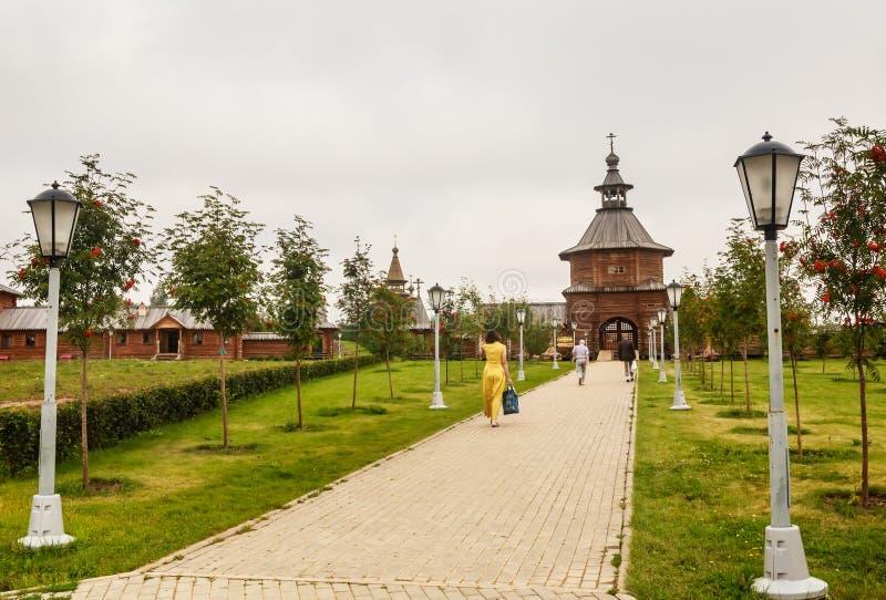 Zakazuje drewnianego kościół przy wejściem święty źródła Gremyachiy klucz obraz stock