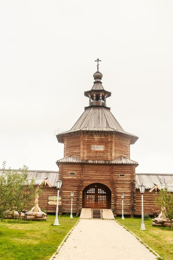 Zakazuje drewnianego kościół przy wejściem święty źródła Gremyachiy klucz obrazy stock