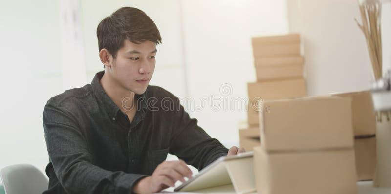 Zakelijk medewerker die de verzending voorbereidt voor levering aan klant in de kantoorruimte royalty-vrije stock afbeelding