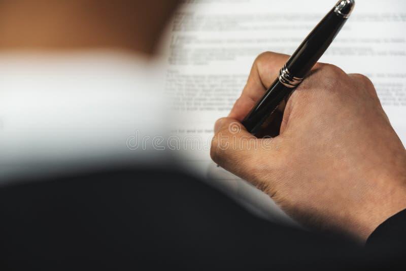 Zakelijke achtergrond van handheld-pen die contractueel document op kantoor ondertekenen royalty-vrije stock afbeelding