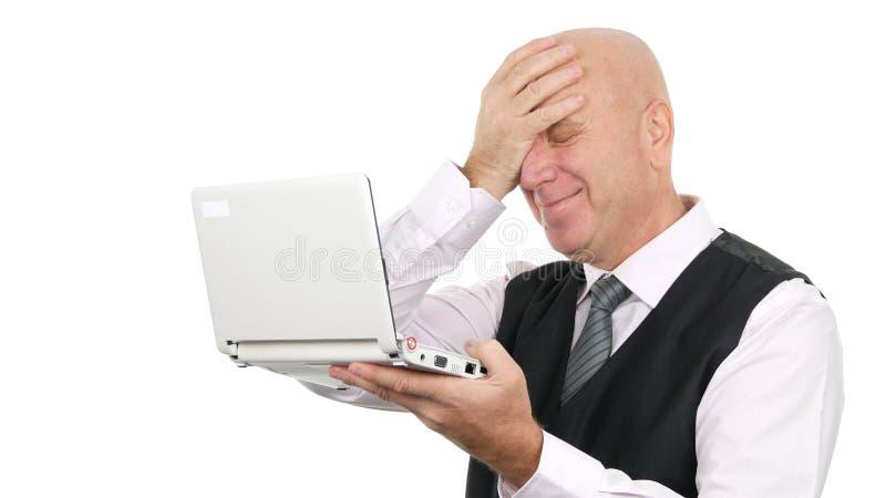 Zakelijke glimlach en Lees goed nieuws over laptops die vrolijke gebaren maken stock fotografie