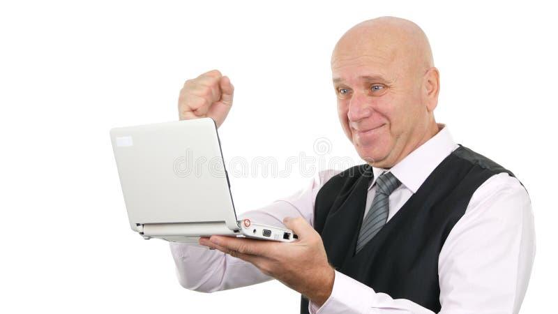 Zakelijke glimlach en Lees goed nieuws over laptops die vrolijke gebaren maken stock afbeelding