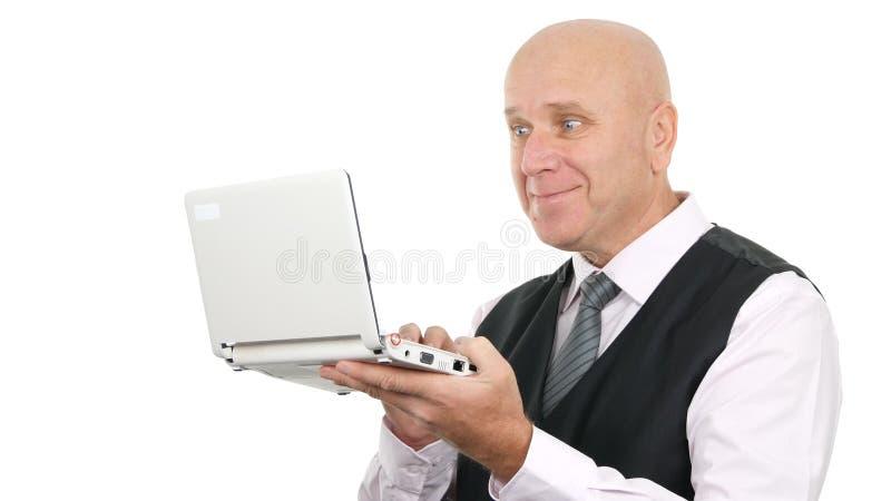 Zakelijke glimlach en lees ongelofelijk goed nieuws op de laptop stock afbeeldingen