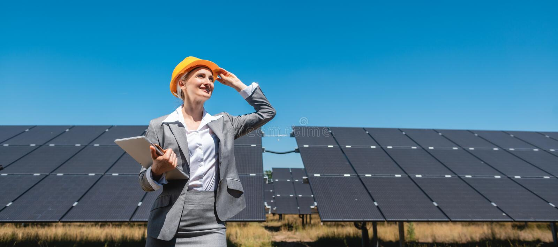 Zakelijke vrouw of investeerder die haar zonneboerderij inspecteert stock foto's