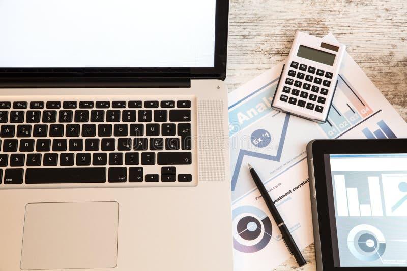 Zaken Analytics met een Tabletpc en Laptop stock fotografie