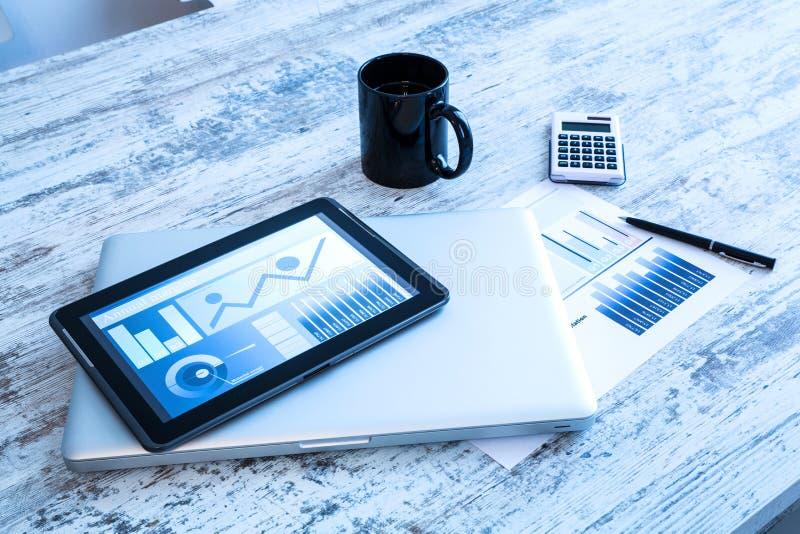 Zaken Analytics met een Tabletpc en Laptop stock afbeeldingen