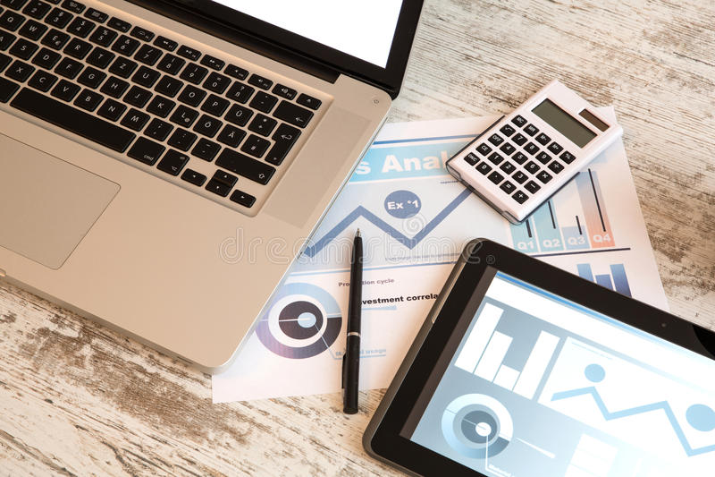 Zaken Analytics met een Tabletpc en Laptop royalty-vrije stock fotografie