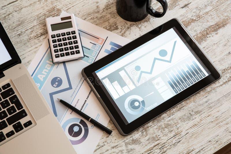 Zaken Analytics met een Tabletpc en Laptop royalty-vrije stock afbeeldingen