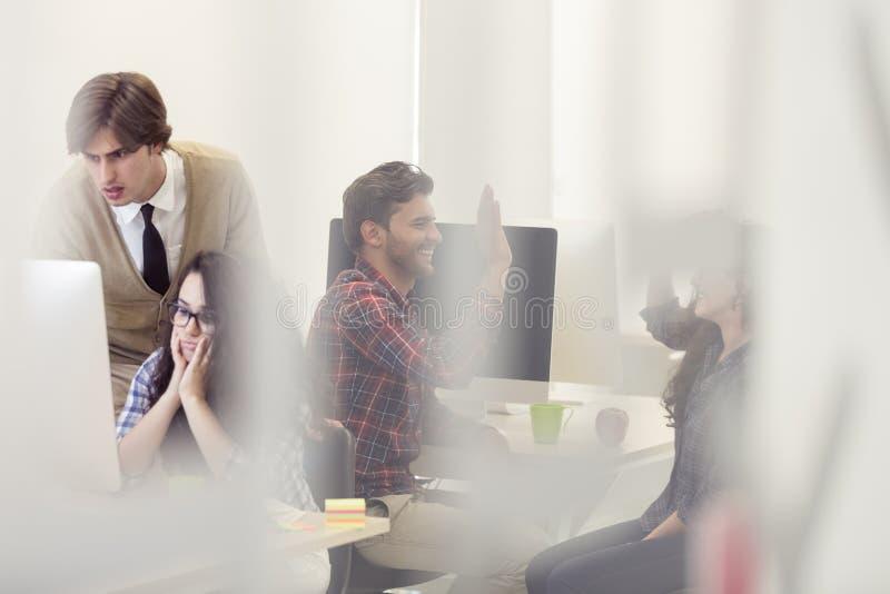 Zaken, bureau en startconcept - gedeprimeerd creatief team w royalty-vrije stock afbeelding