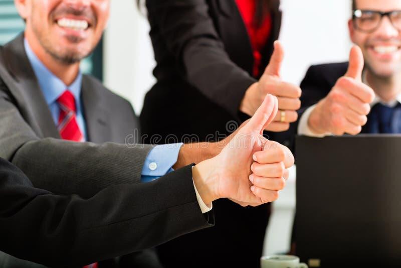 Zaken - businesspeople hebben teamvergadering stock fotografie