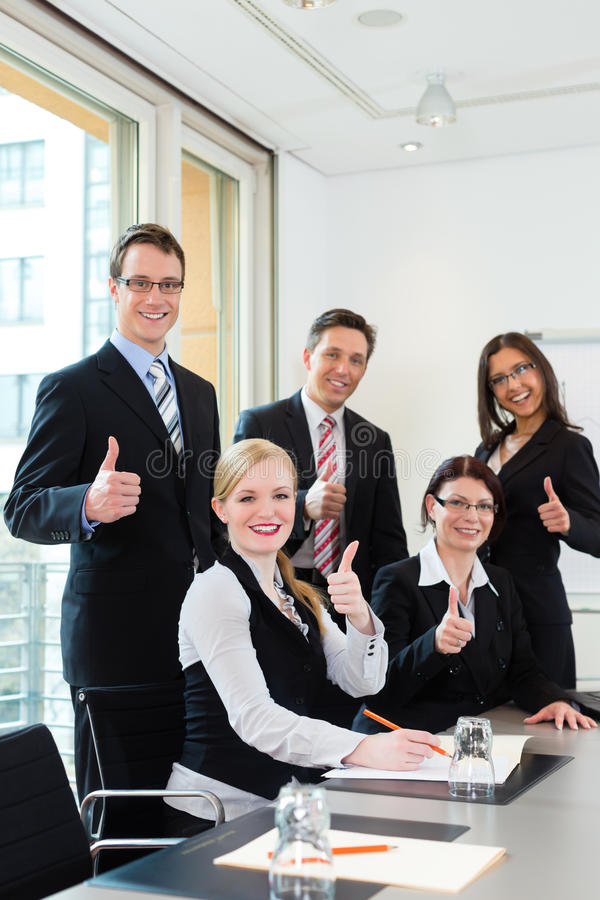 Zaken - businesspeople hebben teamvergadering in een bureau stock afbeelding